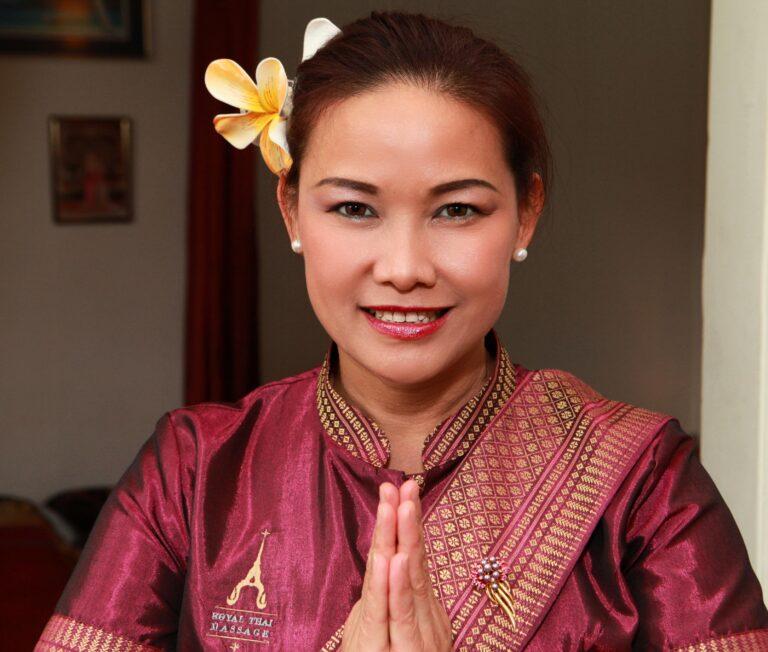 Frau mit thailändischer Begrüßungsgeste